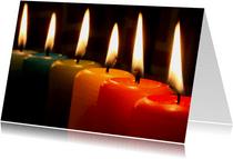 Kerstkaart gekleurde kaarsen