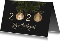 Kerstkaart gouden kerstballen 2020 grijs
