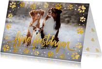 Kerstkaart met eigen foto van hond en pootafdrukjes in goud