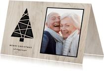 Kerstkaart met foto, kerstboom en houten achtergrond