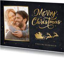 Kerstkaart met gouden silhouet van een kerstman in arreslee