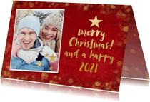 Kerstkaart met rode achtegrond, en gouden kerstboom letters