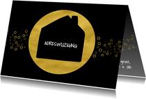 Kerstverhuiskaart zwart met goud cirkels en huis