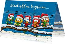 Leuke kerstkaart met 5 zingende vogels op tak in de sneeuw