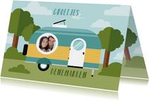 Leuke vakantiekaart met caravan, bos en foto