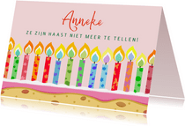 Leuke verjaardagskaart met veel kaarsjes op taart