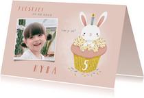 Lieve uitnodiging kinderfeestje konijn in cupcake en foto