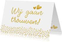 Moderne trouwkaart wij gaan trouwen met gouden stippen