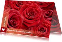 Mooie bloemenkaart met rode rozen om iemand te feliciteren
