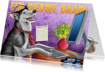 Nieuwe baan Blije hond achter bureau