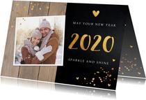 Nieuwjaarskaart foto goud confetti krijtbord hout