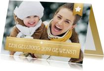 Nieuwjaarskaart met foto op de achtergrond en gouden vlak
