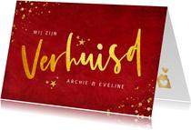 Rode kerst verhuiskaart met goudlook tekst verhuisd
