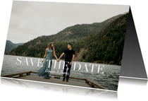 Save the date kaart met grote foto en witte typografie