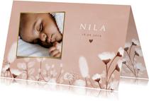 Stijlvol geboortekaartje met droogbloemen en foto's