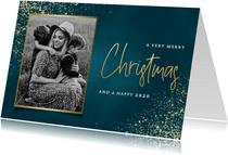 Stijlvolle kerstkaart met foto, gouden sneeuw en typografie