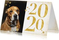 Stijlvolle nieuwjaarskaart met gouden 2020, sterren en foto