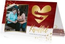 Stijlvolle rode moederdagkaart met gouden knuffel hartje