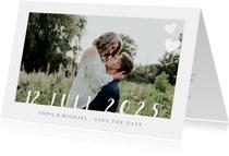 Stijlvolle witte  trouwkaart met grote eigen foto en datum