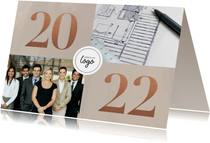 Stijlvolle zakelijke kerstkaart met fotocollage, logo & 2022