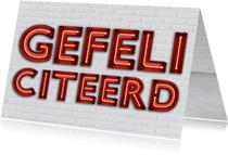 Stoere industriële felicitatiekaart met rode neon letters