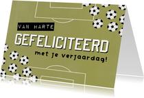 Stoere verjaardagskaart groen voetbalveld en voetballen