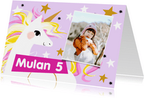 Toffe kaart met geïllustreerde unicorn en sterren in lila