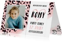Trendy meisjes verjaardagskaart met een roze luipaardprint