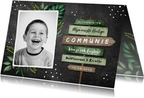 Uitnodiging communie jongen stoer wegwijzers krijt