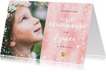 Uitnodiging eerste communie met roze waterverf en hartjes