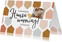 Uitnodiging housewarming met abstract huisjes patroon