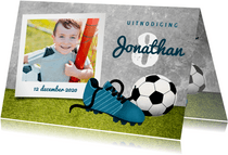 Uitnodiging kinderfeestje met gras, voetbal en voetbalschoen