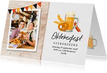 Uitnodiging oktoberfest hout foto bier worst pretzel