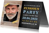 Uitnodiging pensioen feest met hout, krijtbord en foto