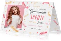 Uitnodigingskaart communie lentefeest veertjes roze confetti