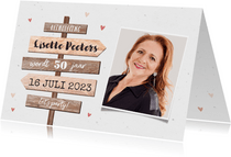 Uitnodigingskaart vrouw wegwijzers hout hartjes foto