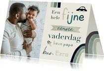 Vaderdagkaart eerste vaderdag regenboog typografisch en foto
