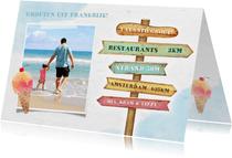 Vakantiekaart met eigen foto en houten wegwijzer bord