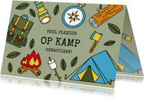Vakantiekaart 'Veel plezier op kamp' met kampeerspullen