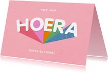 Verjaardagskaart 'HOERA' regenboog roze