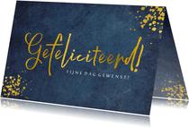 Verjaardagskaart man donkerblauw met gefeliciteerd in goud