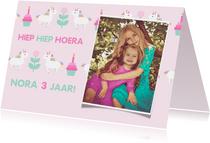 Verjaardagskaart met feestende unicorns en foto