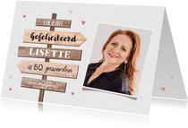 Verjaardagskaart vrouw wegwijzers hout hartjes foto
