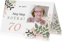 Vintage verjaardagskaart vrouw 70 jaar takjes en hartjes