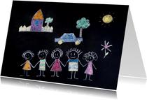 Vrolijke kaart met krijttekening van een gezin en een huis