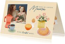 Vrolijke moederdag kaart met ontbijtje, bloemen en foto