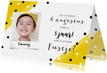 Vrolijke uitnodiging kinderfeestje met verf en confetti