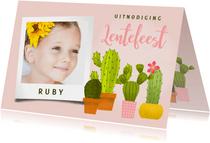 Vrolijke uitnodiging voor lentefeest met cactussen en foto's