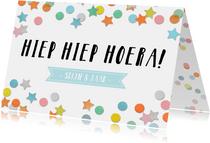 Vrolijke verjaardagskaart met gekleurde confetti en tekst