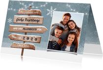 Winterliche Weihnachtskarte mit Wegweiser aus Holz